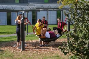 Ein Element des neuen Hofs: Eine Hängemattenschaukel